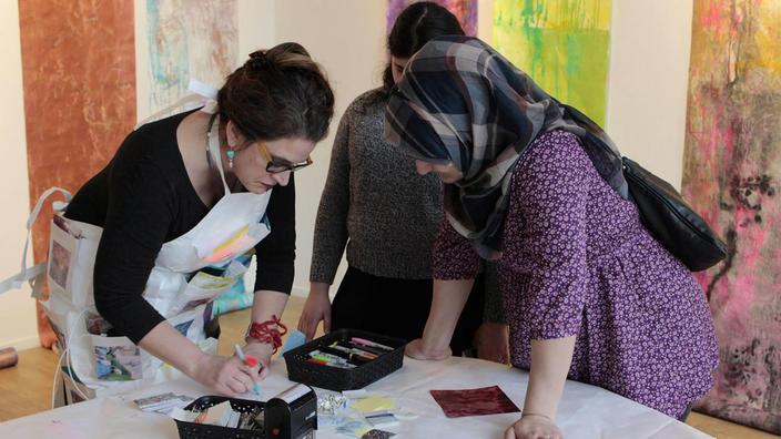 "Artist Anne Labovitz creates with ""122 Conversation"" participants"