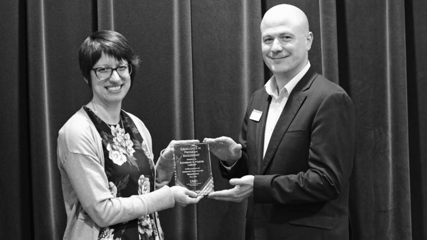 UMD Librarian Kim Pittman receiving award from Matt Rosendahl