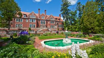 UMD's Glensheen - south side with fountain