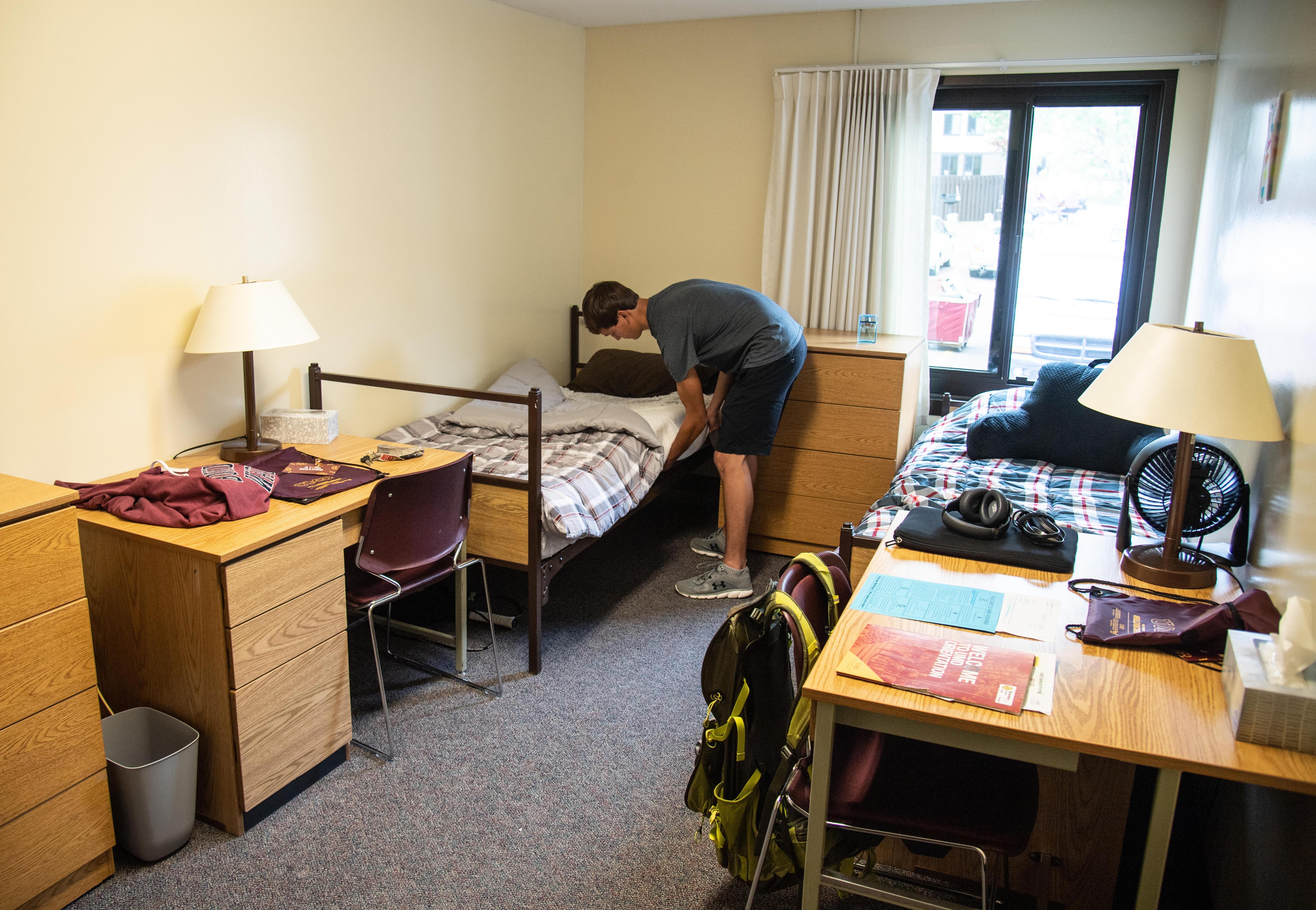 Freshman Robbie moving into his dorm