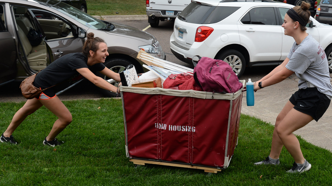 Students moving into the residence hall 2018